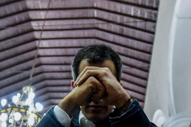 Guadió rezando antes de lanzar su mensaje al