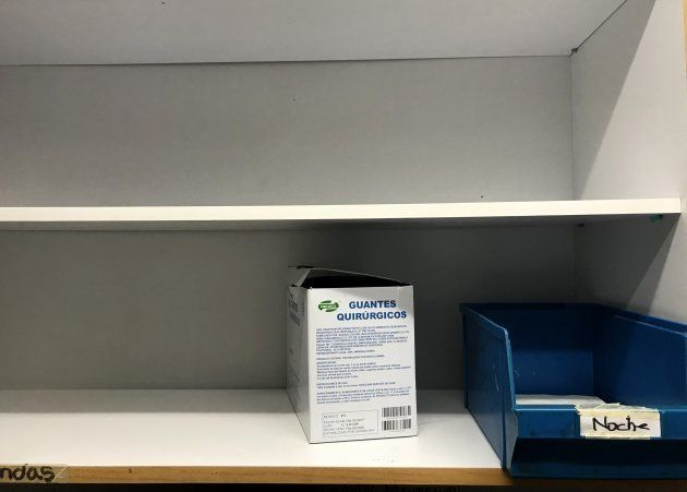 Una caja de guantes en una estantería de la farmacia del hospital Doctor Miguel Pérez Carreño Hospital,...