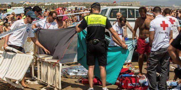 Miembros de la Cruz Roja y Policía Local, junto al cuerpo de un hombre que se ha ahogado en aguas de...