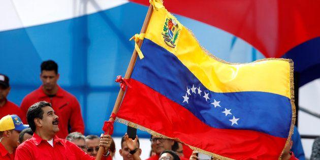 El presidente de Venezuela, Nicolas Maduro, ondea una bandera del país en una campaña electoral en
