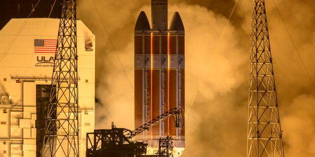 El cohete Delta IV lanza la sonda solar Parker de la NASA en la Estación de Cabo Cañaveral, Florida,...