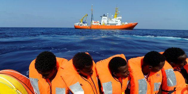 El 'Aquarius' pide a la UE un puerto para desembarcar a los 141 inmigrantes rescatados en el