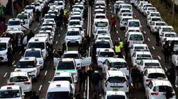 Los taxistas madrileños en huelga piden solución a su conflicto frente a la sede del