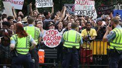 Miles de antifascistas rodean a unos 20 supremacistas blancos frente a la Casa