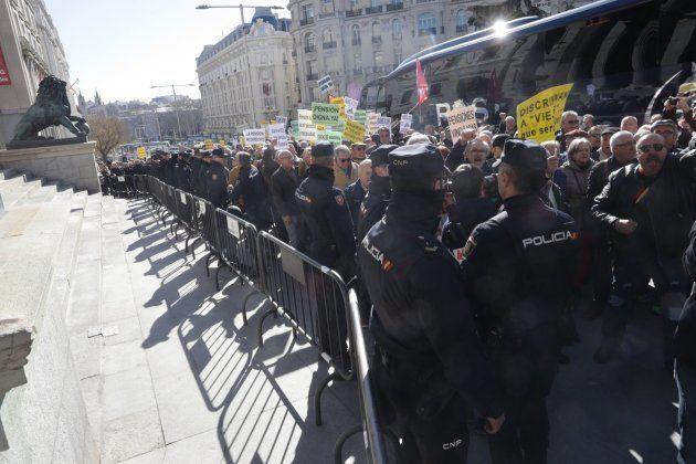Miles de pensionistas 'indignados' bloquean la entrada al