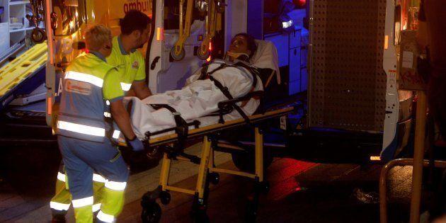 Personal de los servicios de emergencia traslada a uno de los heridos, anoche, en