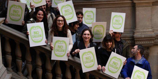La alcaldesa de Barcelona, Ada Colau (centro), junto a sus edites y representantes de salas de ocio y...