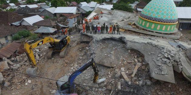 Vista aérea de los servicios de rescate trabajando en la mezquita de Jamiul Jamaah, en Pemenang, en el...