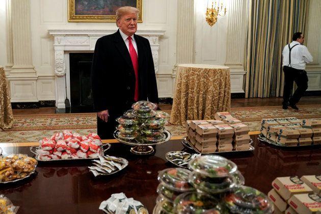 Donald Trump, frente a las hamburguesas y ensaladas envasadas que pidió para recibir al equipo de fútbol...