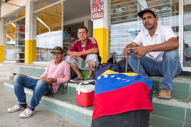 Venezolanos en Tumbes, Perú, esperan transporte a Lima. Foto: Manuel Medir/Getty