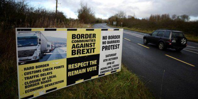 Imagen de archivo de un cartel sobre la frontera con Irlanda del
