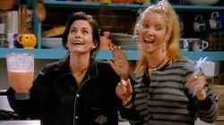 Monica y Phoebe se han vuelto a sentar en el sofá naranja del Central