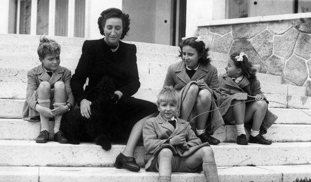 María de las Mercedes junto a sus hijos Juan Carlos, Alfonso, Margarita y