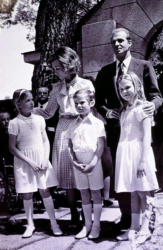 Los reyes Juan Carlos y Sofía junto a sus hijos Cristina, Felipe y Elena en el palacio de la