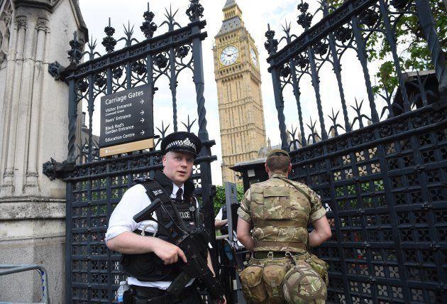 Miembros de los cuerpos de seguridad, patrullando en el Parlamento, en una imagen de