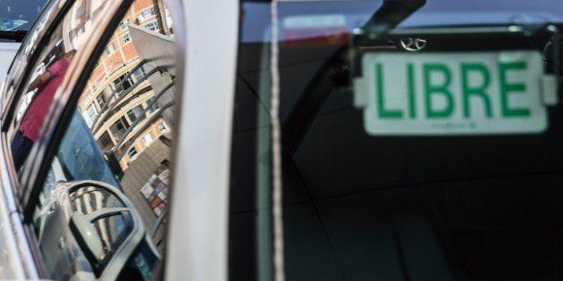 Un taxista encierra en el coche a una clienta que se negó a pagar un viaje de Gijón a Oviedo y la lleva...