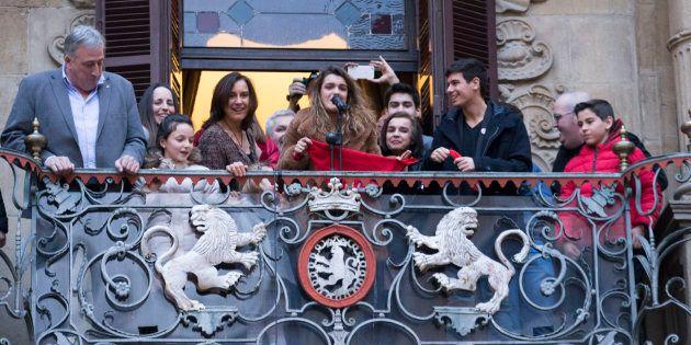 Amaia Romero y Alfred García, en el balcón del Ayuntamiento de