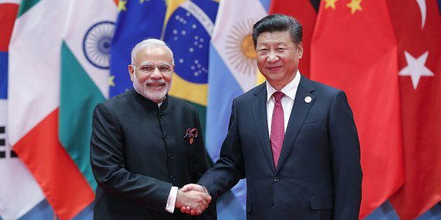 El presidente chino, Xi Jinping, con el primer ministro indio, Narendra Modi, en una imagen de