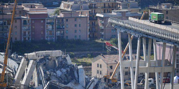 Retirada de los escombros del puente que el martes se desplomó en Génova,