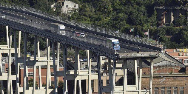 Vehículos permanecen sobre una sección de un puente que continúa en pie tras el desplome de un tramo...