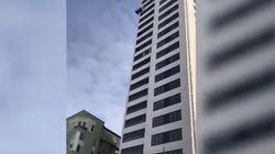 El paracaídas falla al saltar de un 24º piso y