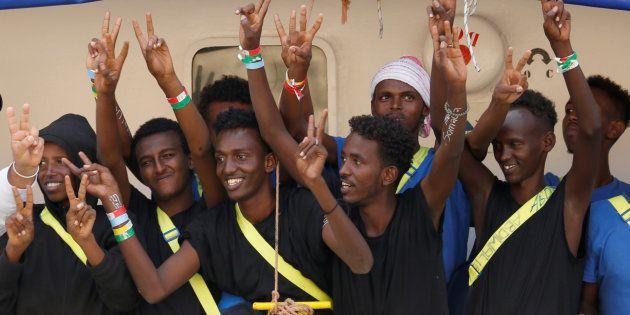 Varios migrantes a bordo del Aquarius en el puerto de Senglea (Malta), este 15 de