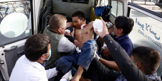 Un herido es evacuado tras un atentado suicida en