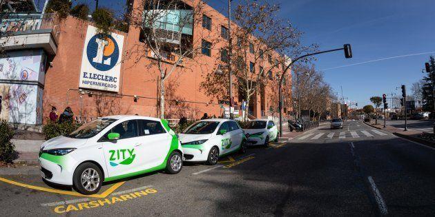 Un grupo de coches compartidos de Zity en una zona de aparcamiento especial en