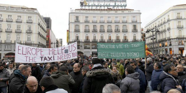 Los taxistas concentrados en la Puerta del Sol de