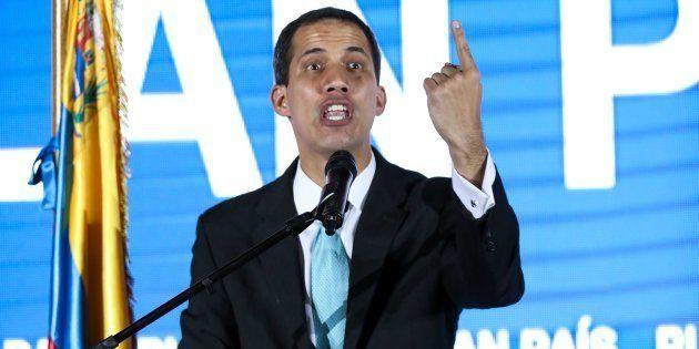 El jefe del Parlamento, Juan Guaidó, quien se adjudicó las competencias del Ejecutivo hace una semana,...