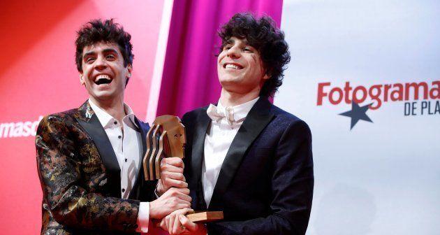 Los directores Javier Ambrossi (i) y Javier Calvo reciben el premio a la Mejor Película Española según...