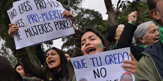 Activistas en favor del aborto se manifiestan ante el Senado antes de que rechazara la