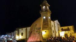 El globo de papel más grande del mundo, el de Betanzos, se pincha antes de
