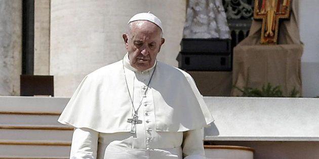 Fotografía de archivo del 12 de agosto de 2018 que muestra al papa Francisco a su llegada a la plaza...