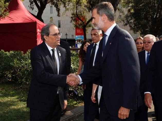 El rey Felipe VI saluda al presidente de la Generalitat, Quim Torra, a su llegada al