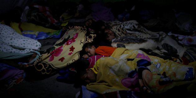 Un grupo de migrantes venezolanos sin papales trata de dormir en un restaurante que les sirve de refugio...