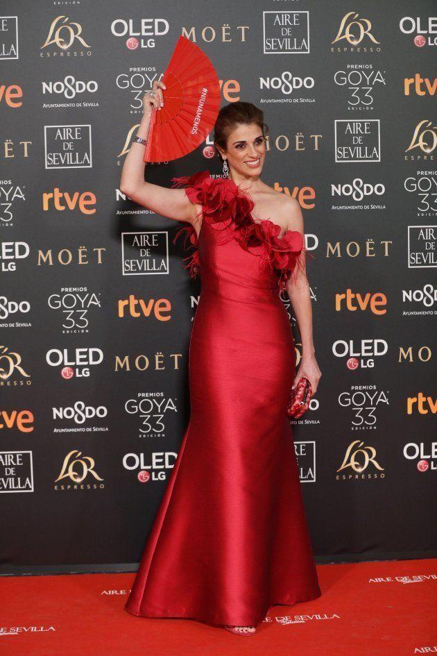 Ruth Gabriel posa con el abanico 'Más mujeres' en la alfombra roja de los