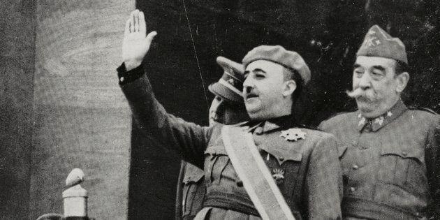 Francisco Franco saluda en el desfile para celebrar su victoria en la Guerra Civil, en