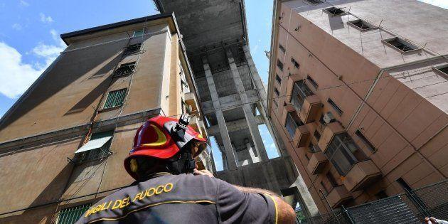 Un bombero contempla los edificios junto al puente que se derrumbó el pasado martes en