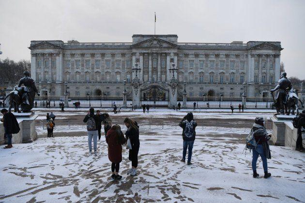 La nieve cubre los jardines frente al Palacio de Buckingham en Londres este