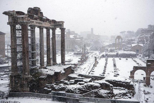 El Fori Imperiali completamente nevado, en Roma,