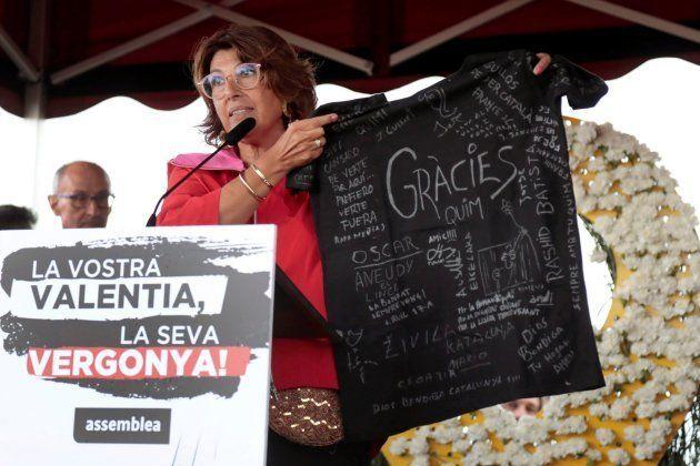 Laura Masvidal, esposa del exconsejero de Interior de la Generalitat Quim Forn,muestra una camiseta firmada...