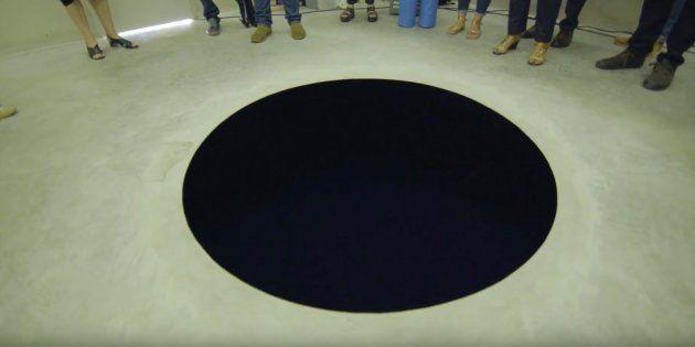 La obra 'Bajada al limbo', del artista contemporáneo Anish Kapoor, expuesta en el museo Serralves de