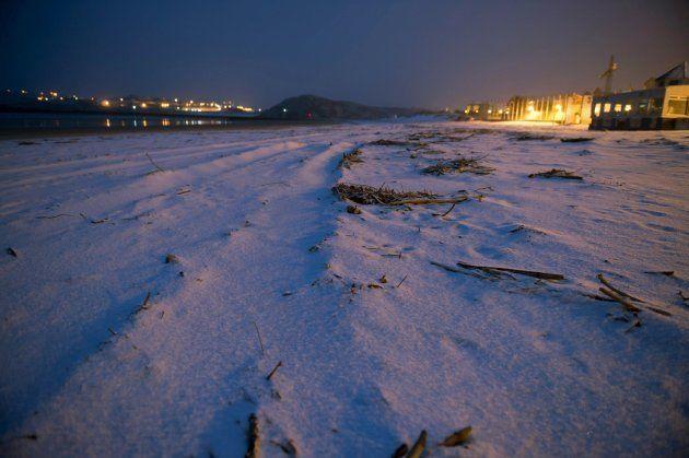 Playa de la Concha, en la localidad cántabra de Suances cubierta de nieve a primera hora de