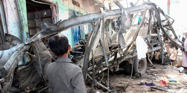 Un niño observa el estado de uno de los autobuses atacados el 9 de