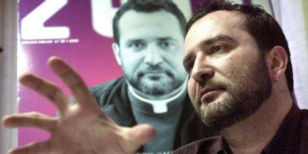 José Mantero habla delante de la portada que protagonizó en la revista gay