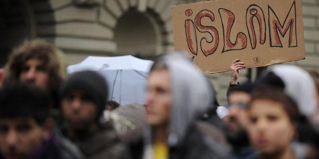 Un hombre alza una pancarta en la que
