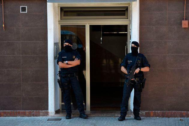 Los Mossos en la casa del atacante de la comisaría de