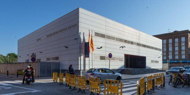 Vallas protectoras ante la comisaría de Cornellà de Llobregat (Barcelona), donde un hombre ha sido