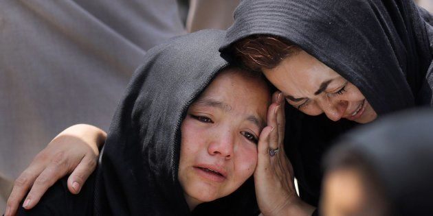 Una niña llora durante el funeral de un familiar en Kabul,